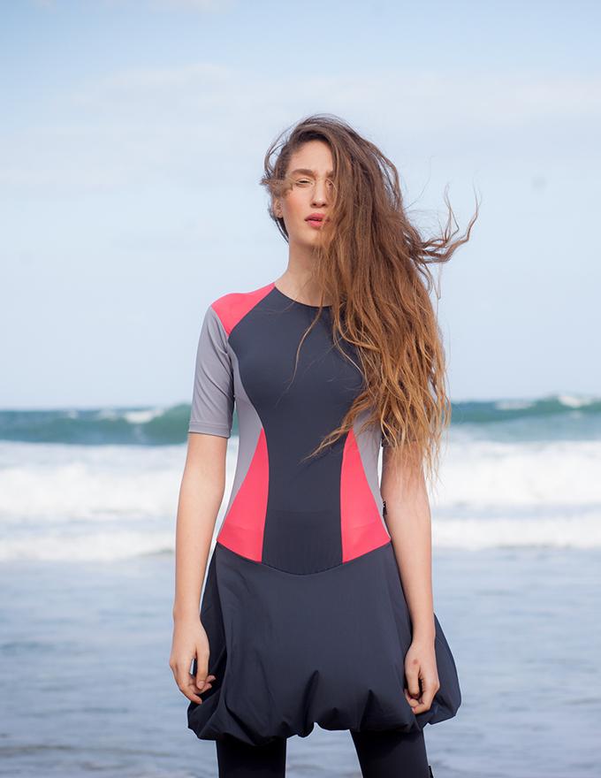 בגד ים בצבע אפור שחור ורוד עם חצאית