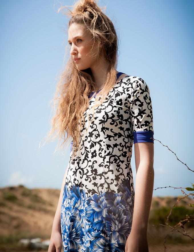 בגד ים צנוע בצבע לבן עם הדפס בשחור, בחלק התחתון הדפס פרחים בכחול