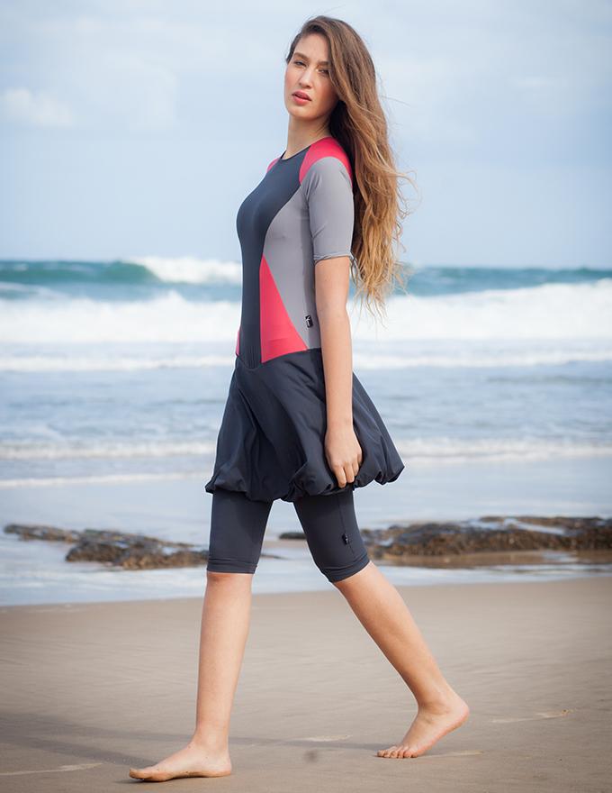 בגד ים צנוע בצבע אפור שחור ורוד עם חצאית