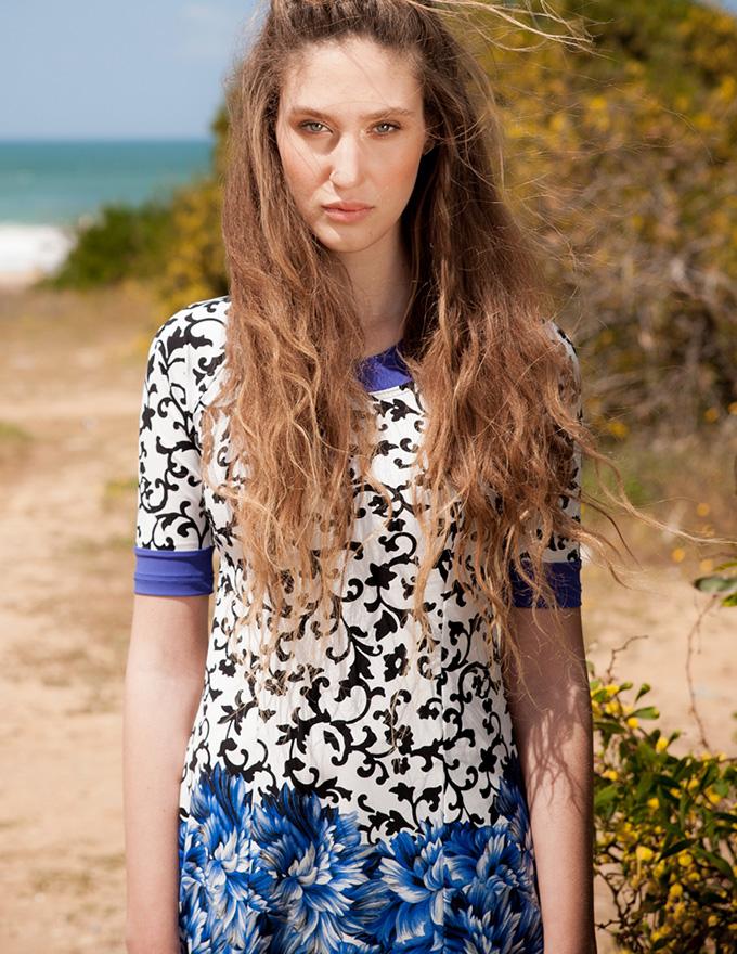 בגד ים צנוע בהדפס שחור לבן ופרחים כחולים